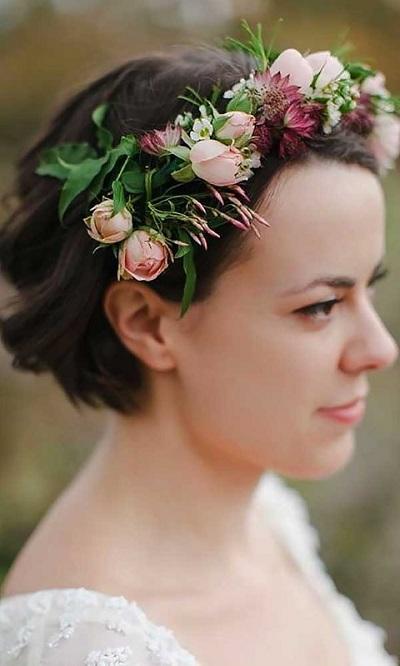 Bruid met kort haar en bloemen