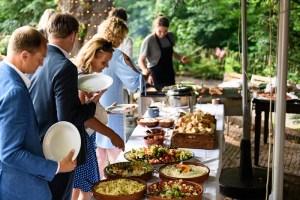 Gasten bij barbecue op bruiloft