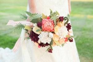 Bruid met bruidsboeket van vilten bloemen