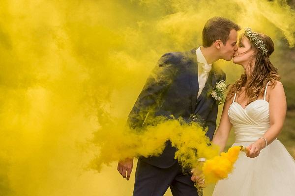 Bruidspaar met gele rook