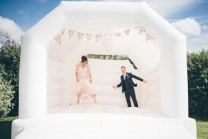 Bruidspaar op springkussen