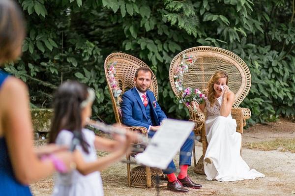 Bruidspaar op pauwen stoelen