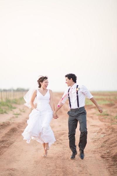 Rennend bruidspaar vastgelegd door videograaf