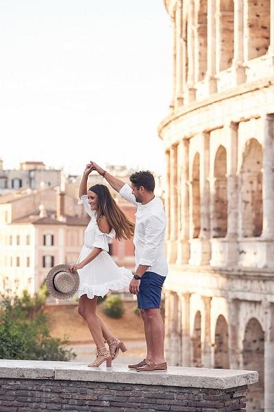Romantische foto voor het Colosseum