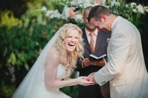 Foto van het bruidspaar tijdens de ceremonie