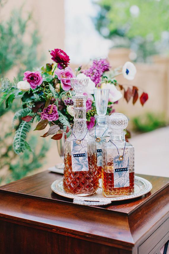 Whisky bar met glazen flessen