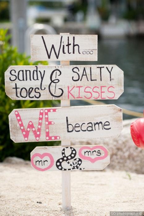 Bordjes op strand bruiloft