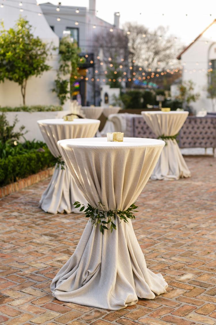 Statafels met decoratie voor het trouwfeest