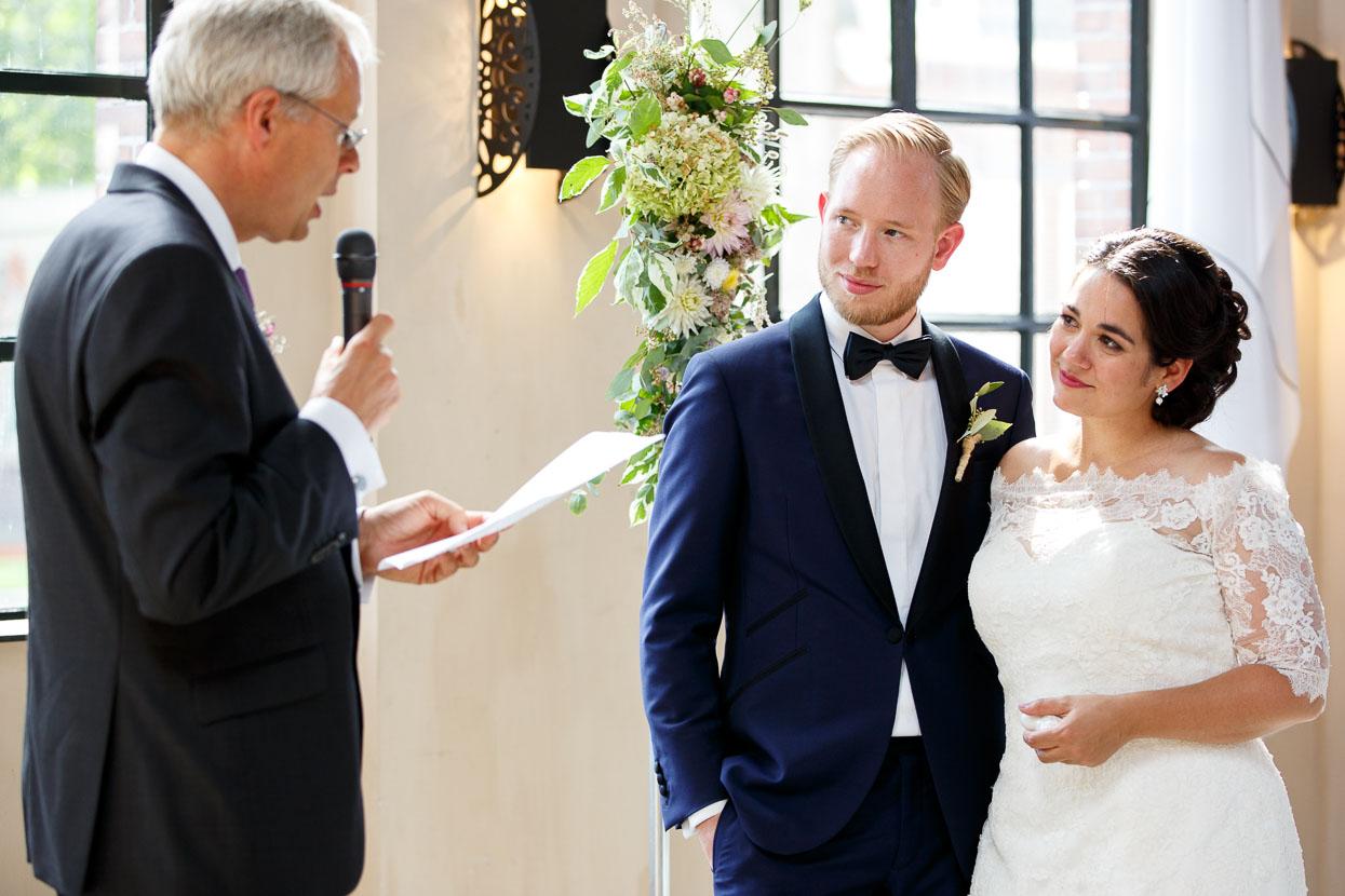 Trouwambtenaar en bruidspaar