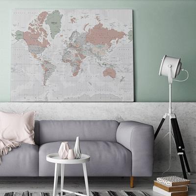 Grote wereldkaart boven de bank