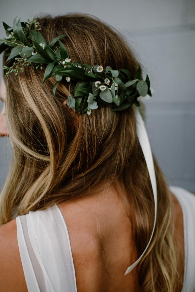 Bruid met groene krans in het haar