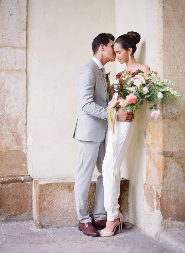 Bruid in een trouw jumpsuit