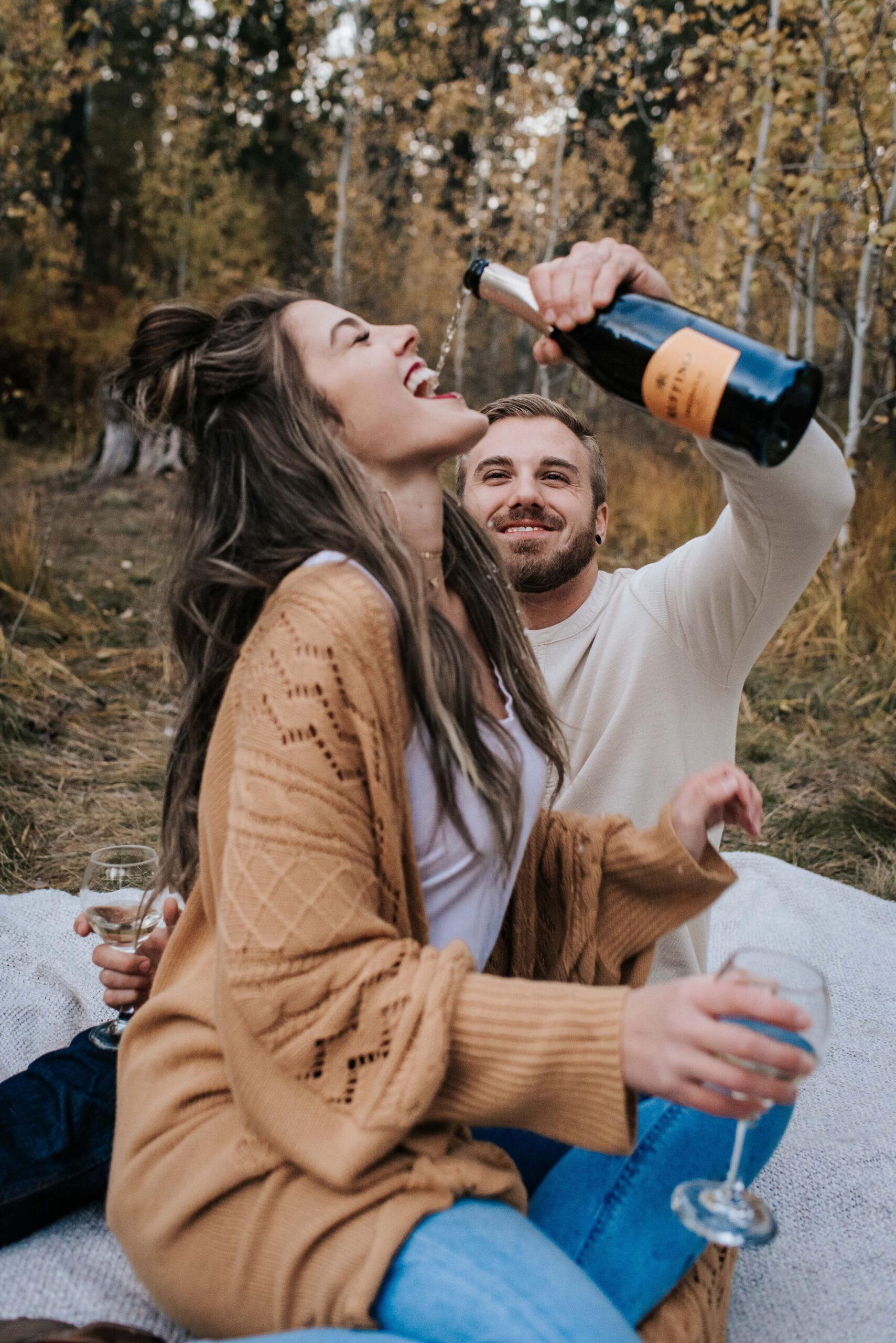 Verloofd stel met champagne