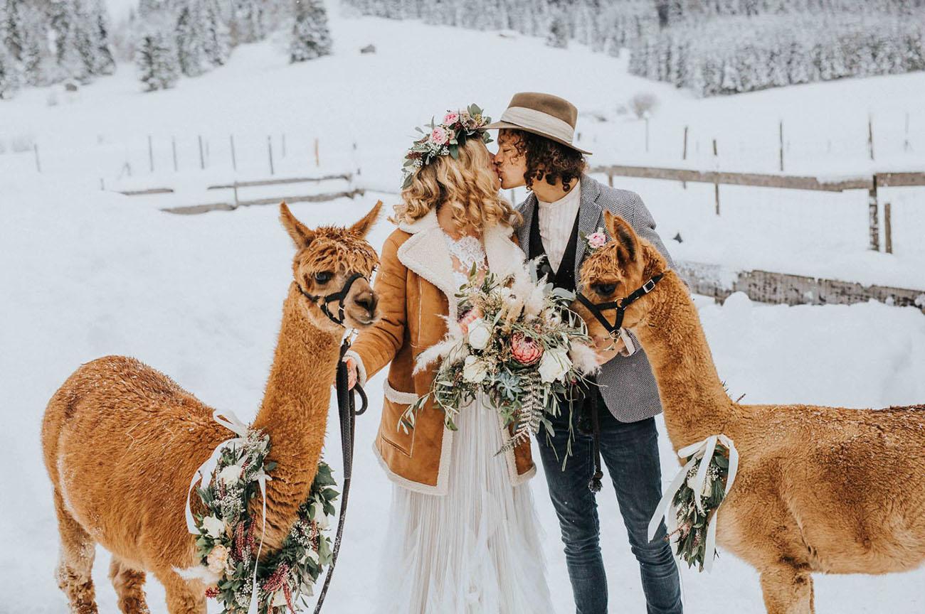 Bruidspaar tijdens hun winter bruiloft