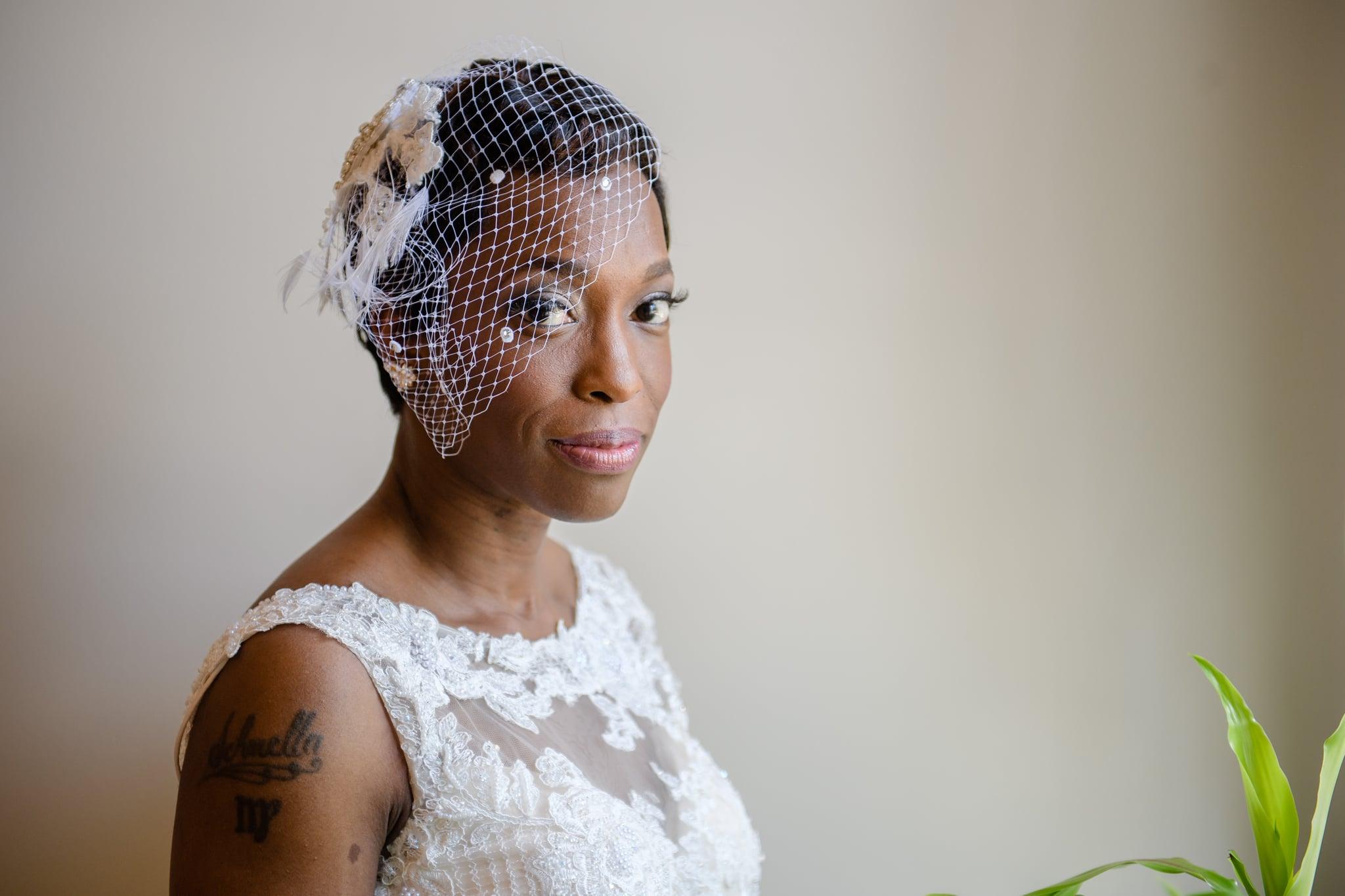 Bruid met een birdcage veil