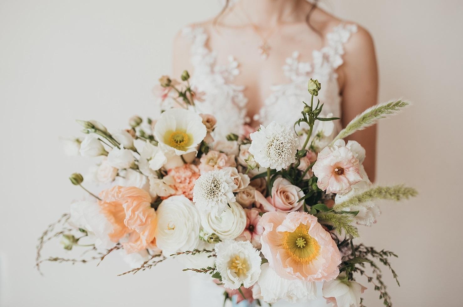 Bruid met wit en roze bruidsboeket