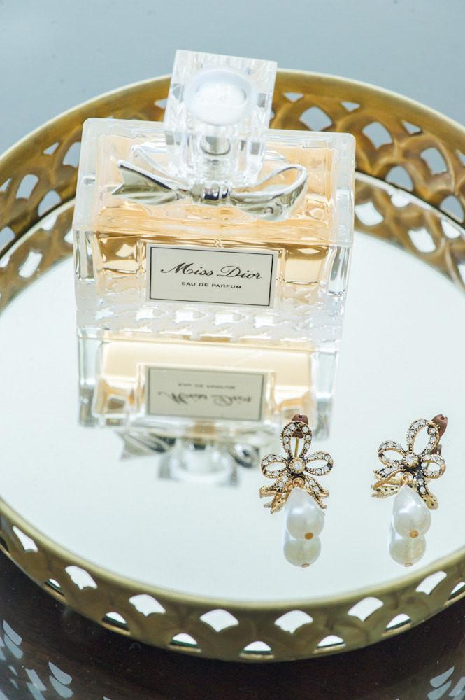 Bruidsparfum van Dior met oorbellen