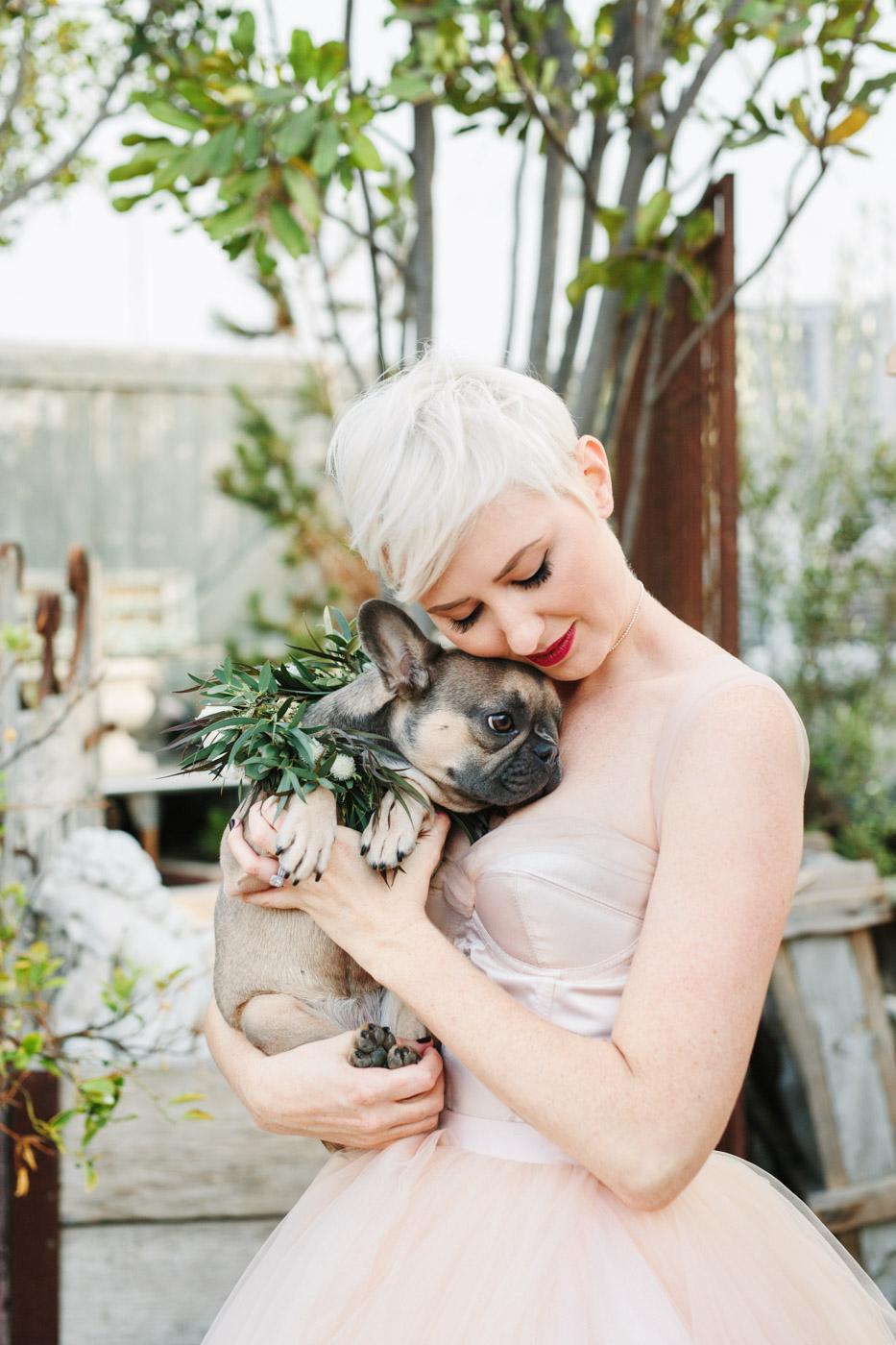 Bruid met haar hondje in haar armen