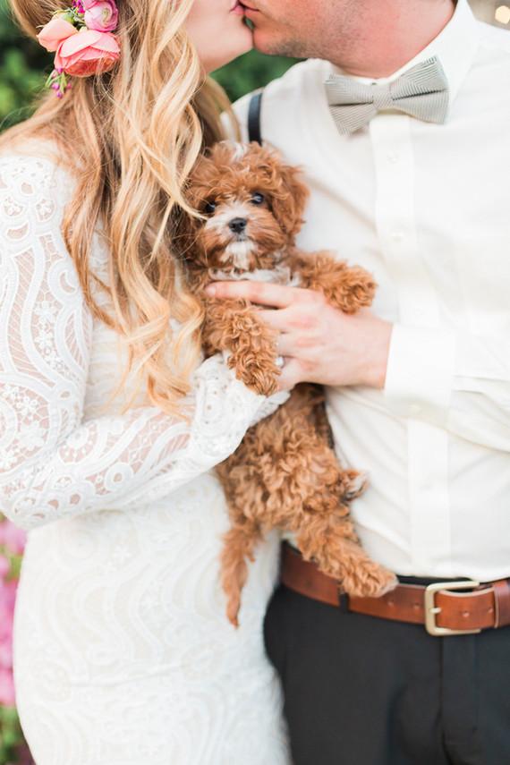 Bruidspaar met hond op hun bruiloft