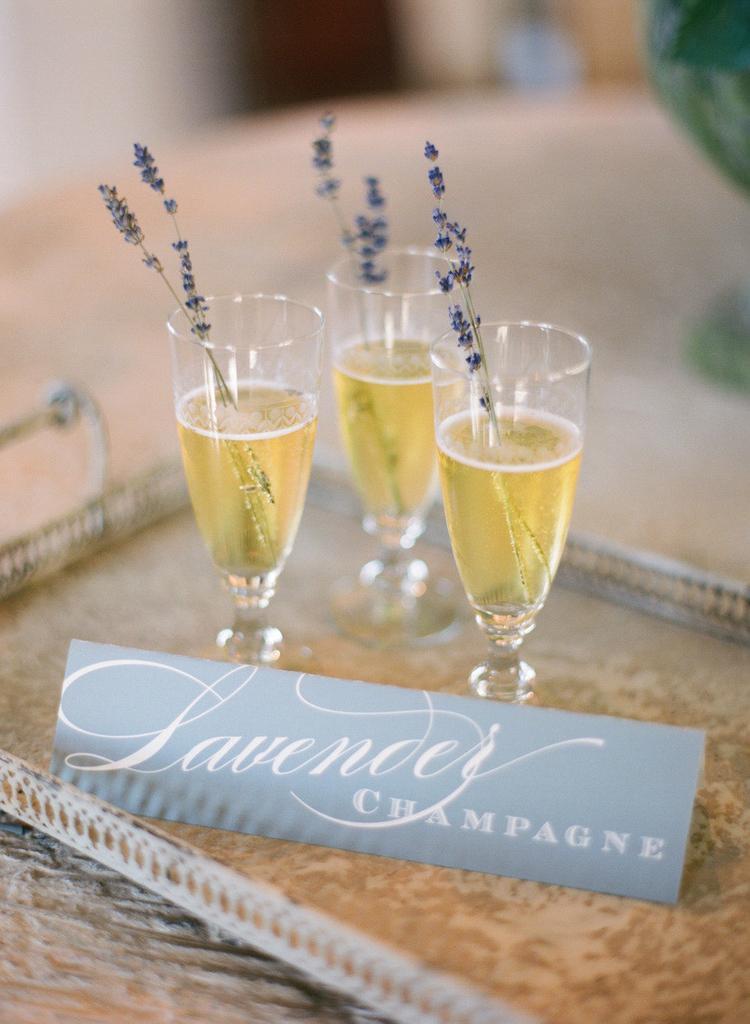 Champagneglazen met lavendel