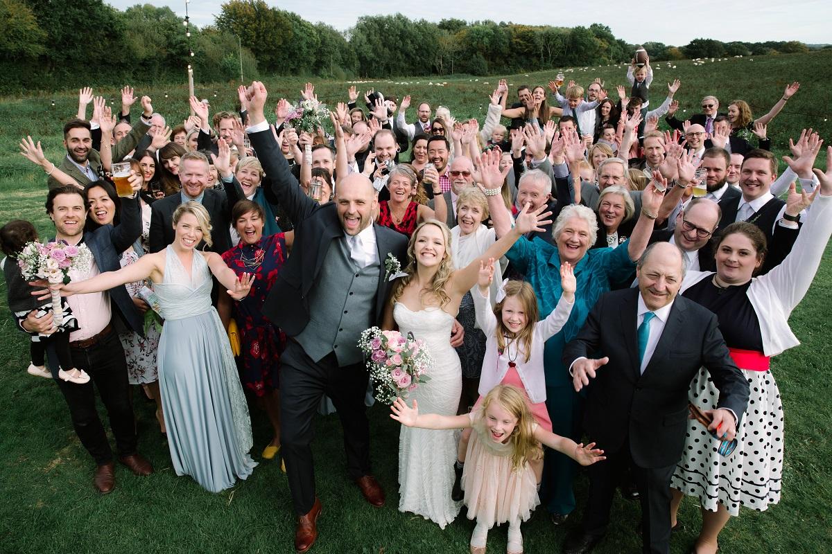 Groepsfoto met alle bruiloft gasten
