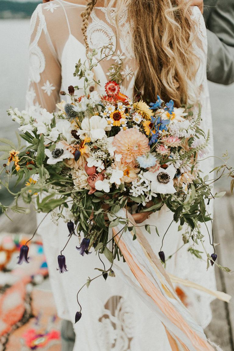 Bruid met wildflower boeket