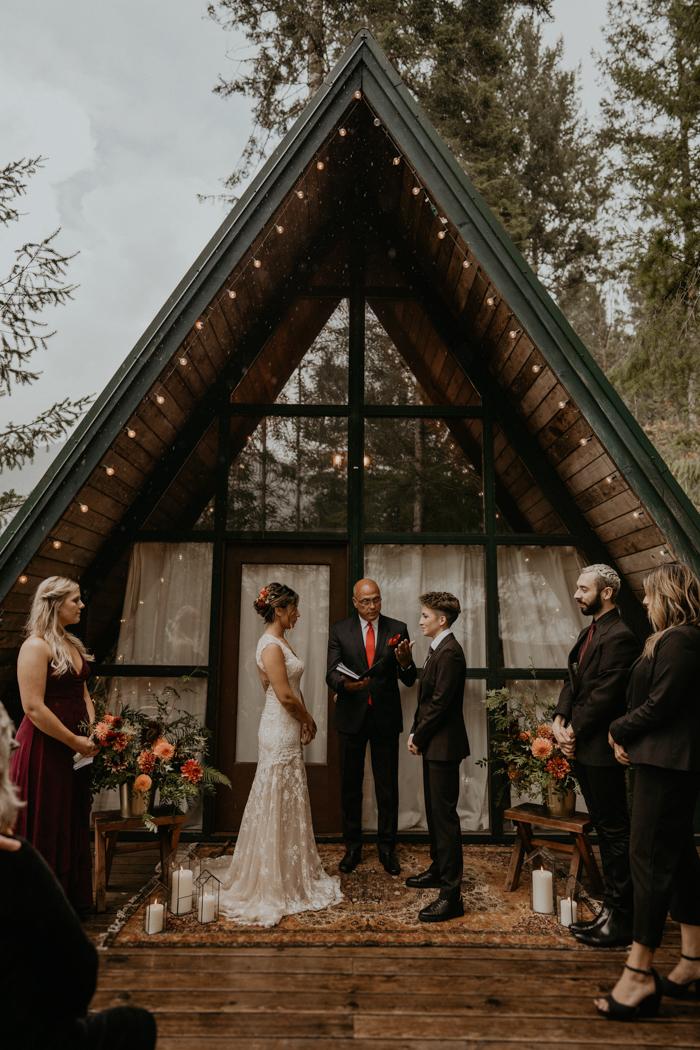 Bruidspaar met hun BABS op de ceremonie