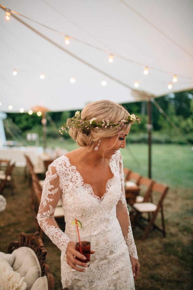 Bruid tijdens buiten bruiloft in eigen tuin