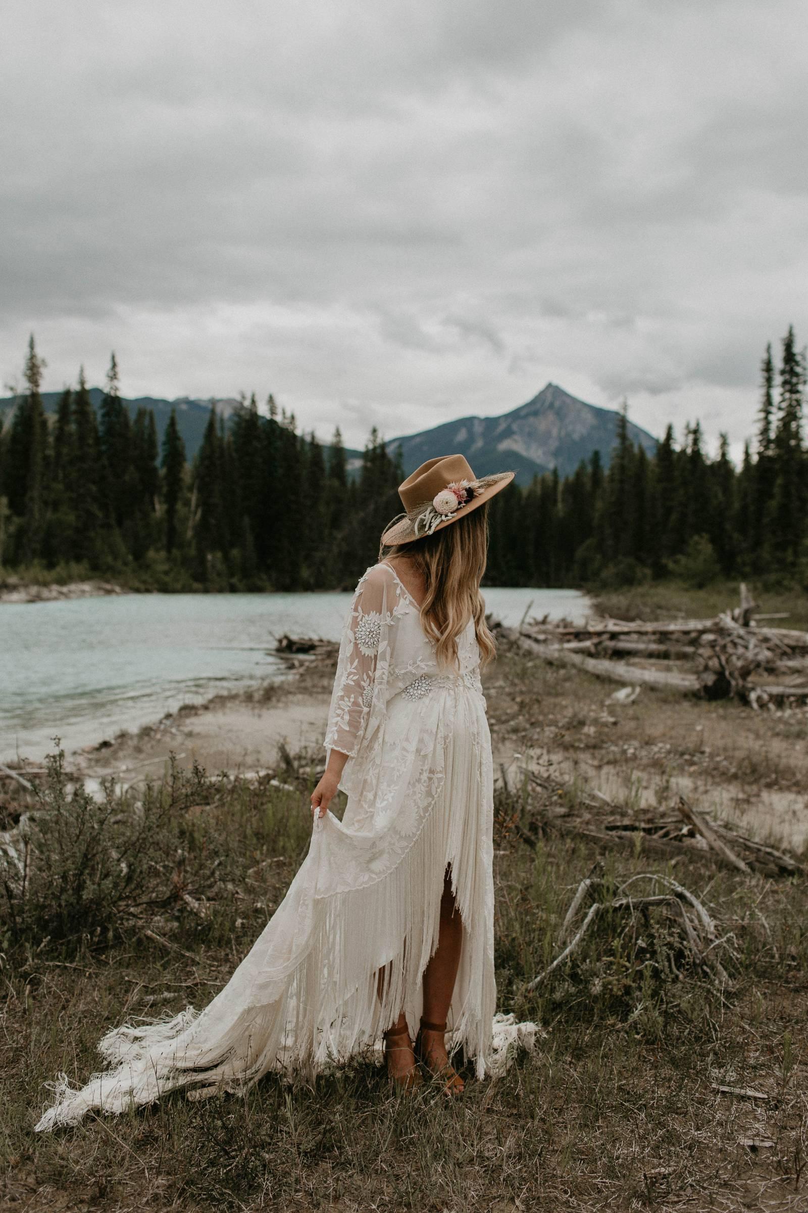 Bruid met een bohemian trouwjurk