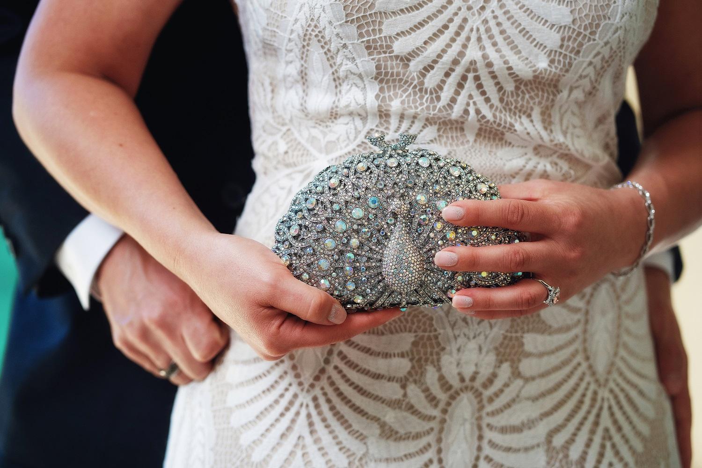 Bruid met clutch in haar handen