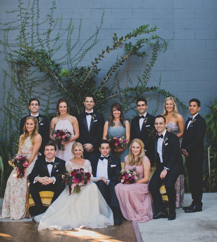 Bruidspaar met gasten in black tie