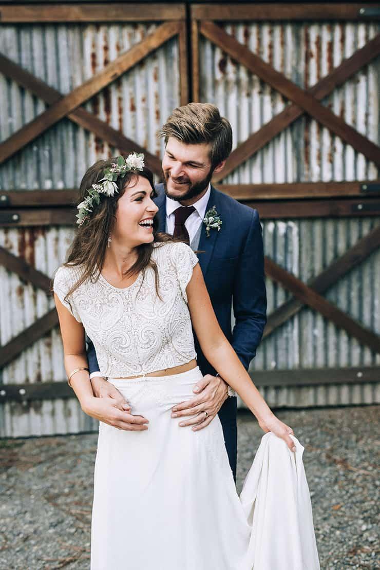 Bruid en bruidegom houden elkaar vast
