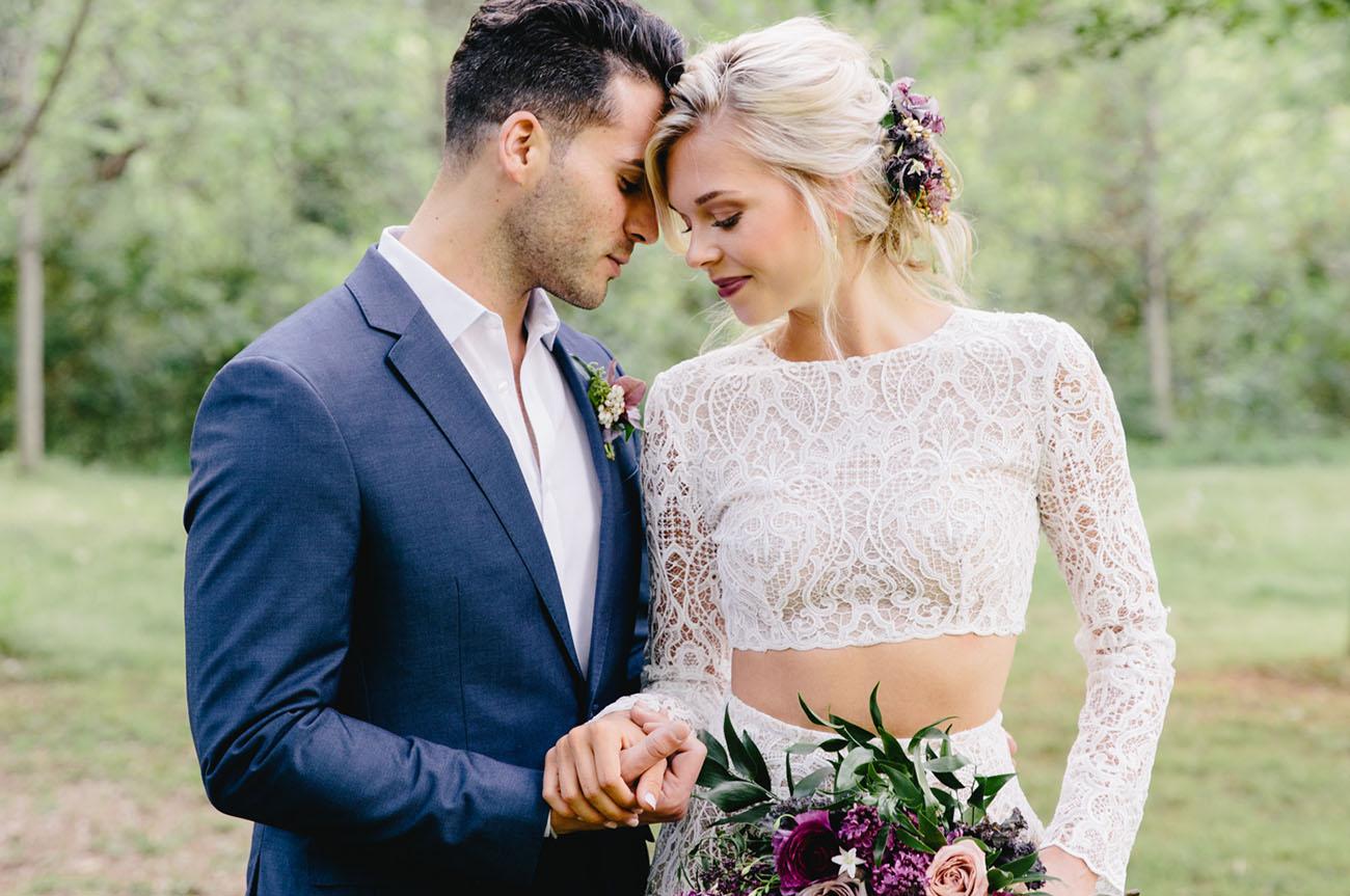 Bruid met een two piece trouwjurk