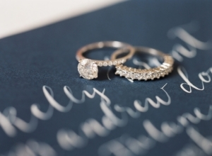 Verlovingsring en trouwring met elkaar combineren