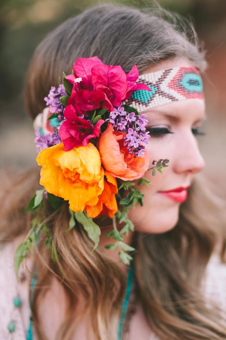 Bruid met bloemen in het haar