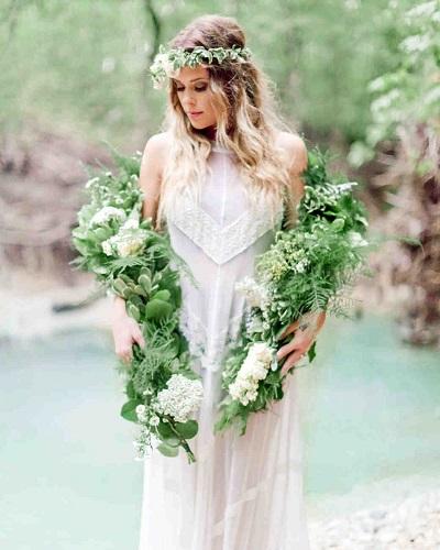 Bruid met groene bloemenslinger