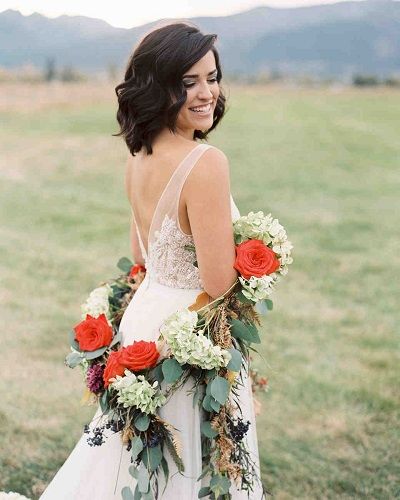Bruid met bloemenslinger om haar armen