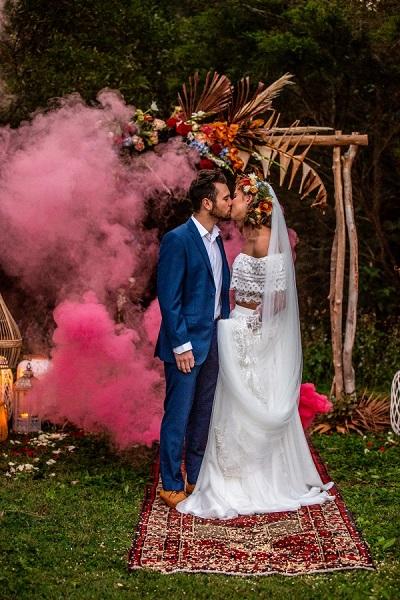 Bruidspaar met roze rookbom