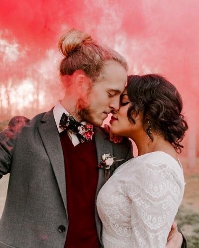 Bruidspaar in rode rook