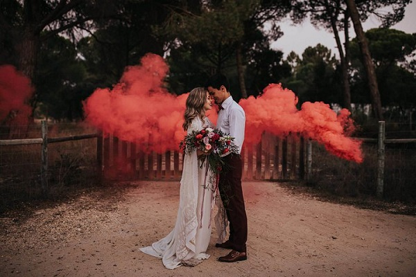 Bruidspaar met rode rookbom