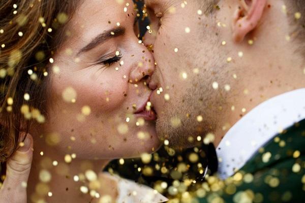 Bruidspaar met gouden glitters