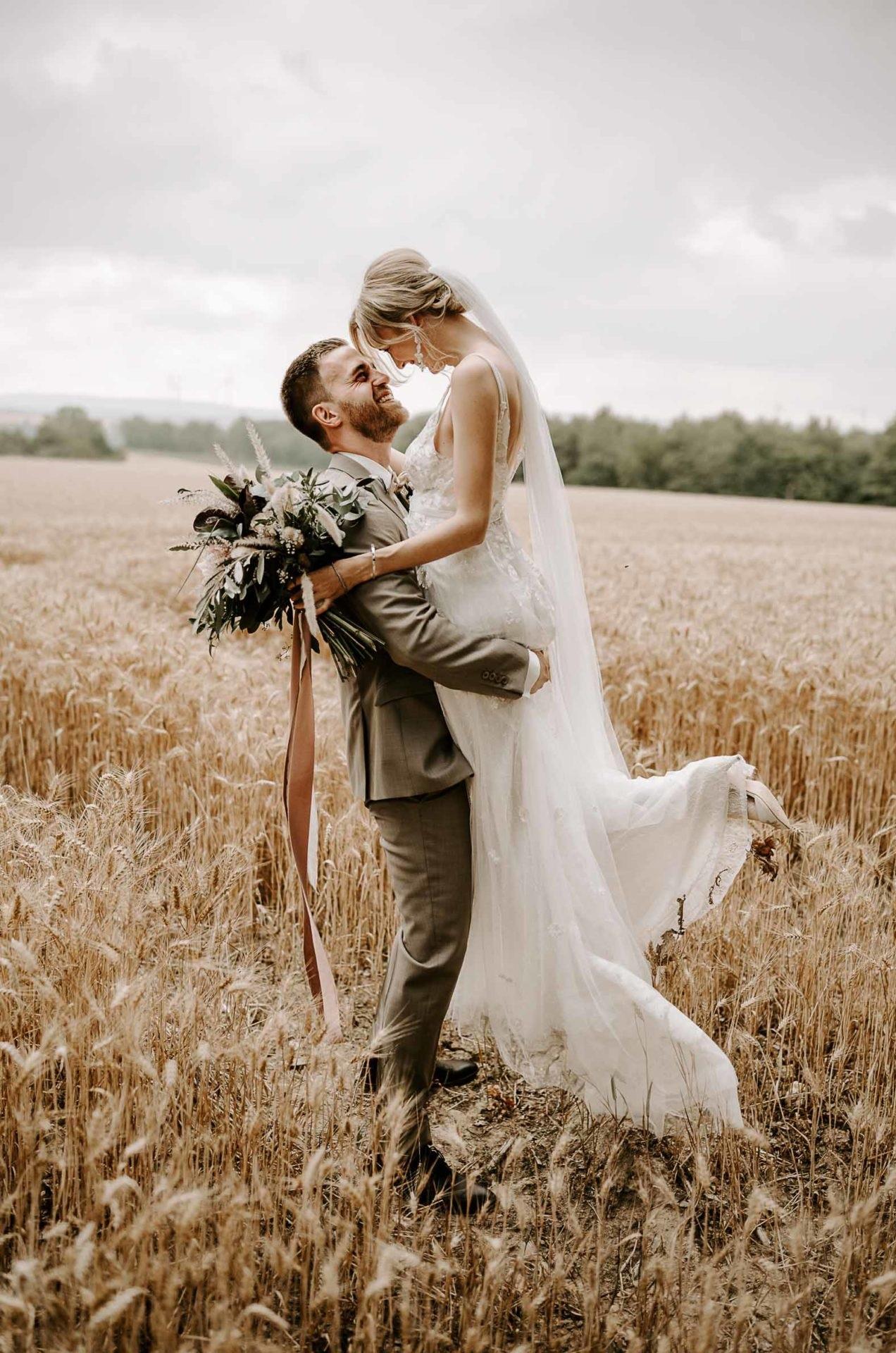 Bruidspaar in een graanveld