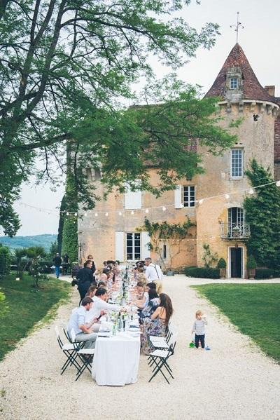 Eten in de tuin van de trouwlocatie