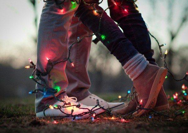Verlovingsfoto met kerstlichtjes