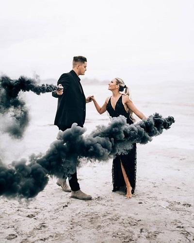Verlovingsfoto met zwarte rookbom