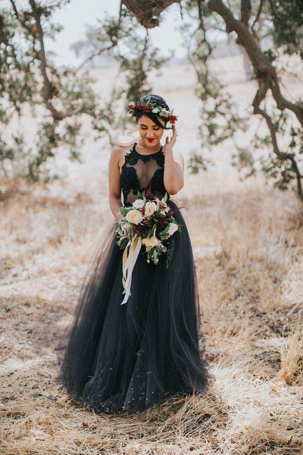 Bruid met bloemenkrans en bruidsboeket