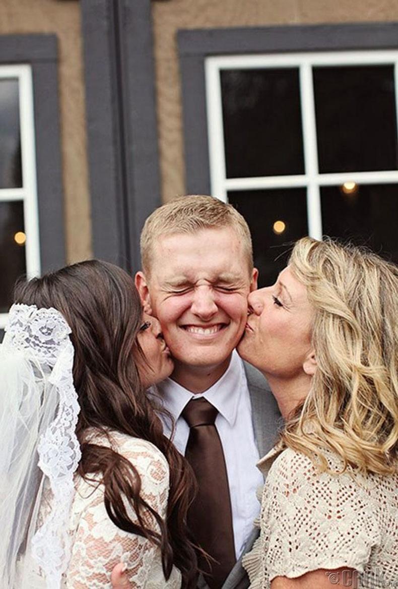 Bruid en moeder van de bruidegom met de bruidegom
