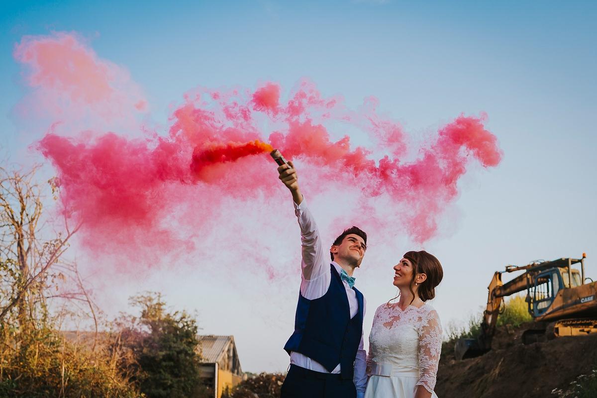 Roze rookbom op bruiloft