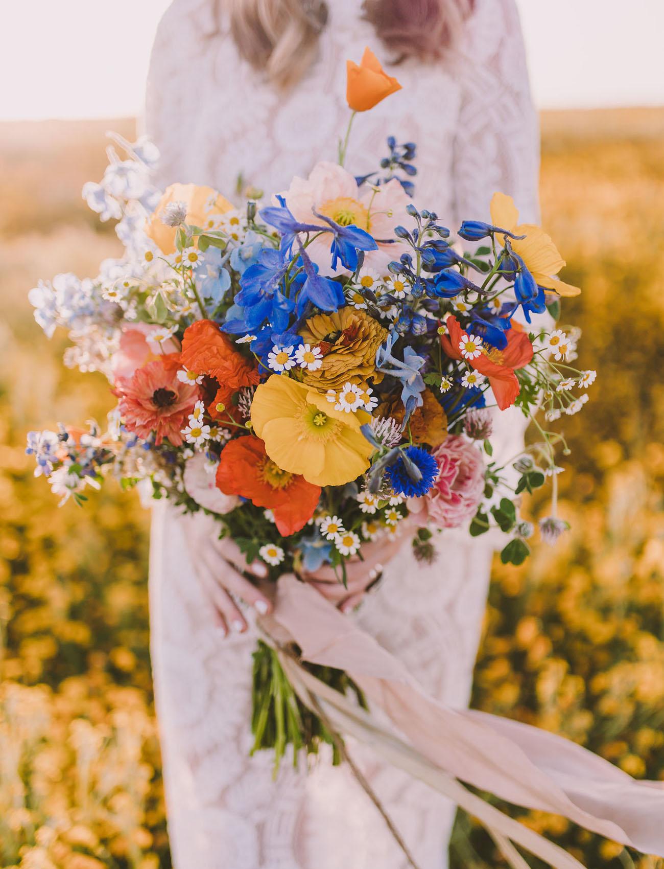 Veldboeket met gekleurde bloemen