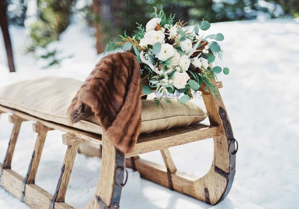 Winter bruiloft slee met bruidsboeket